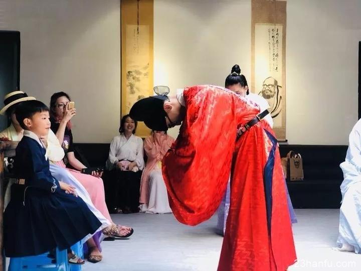 穿汉服行三拜礼,乐清一高中生以传统冠礼迎成年