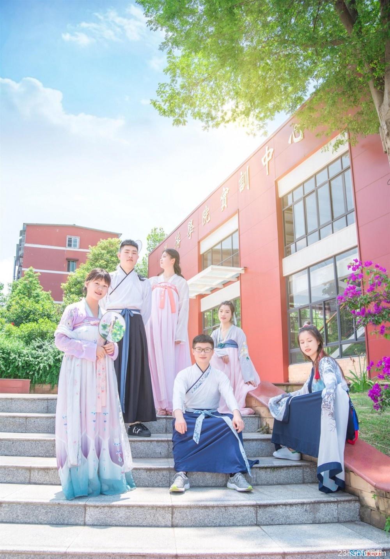 高校毕业生拍汉服毕业照 用传统文化方式告别大学时代!
