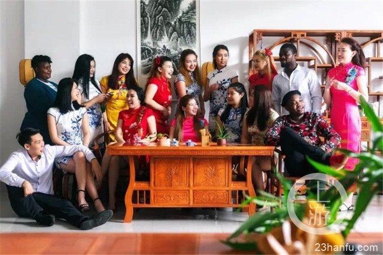 """穿上汉服和旗袍 这群外国留学生的毕业照满满都是""""中国风"""""""