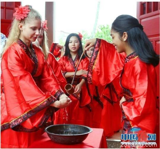 着汉服齐吟诵 海南师大留学生亲身体验中华文化